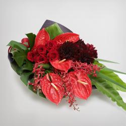 スタイル:花束 イメージ:エレガント 色味:赤系 バラ・ダリア・アンスリュームを中心に5種のお花と2種のグリーンを合わせたイメージ。10,000円