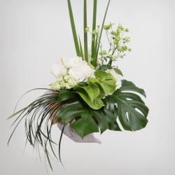 スタイル:シック 色味:白系 備考:グリーン多くあじさいを中心にして4種のグリーンを大きく扱った花束。 10,000円