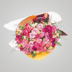 スタイル:華やか 色味:ピンク系 バラ・カーネーションを中心に6種のお花と2種のグリーンを合わせたイメージ。 20,000円