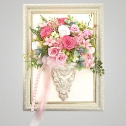 スタイル:おまかせ 色味:ピンク系 備考:額縁タイプ バラ・あじさい・かすみ草・フェイクグリーンのプリザーブドフラワーのイメージ。 20,000円