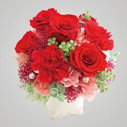 スタイル:華やか 色味:赤系 バラ・あじさい・かすみ草・フェイクグリーンのプリザーブドフラワーのイメージ。 10,000円